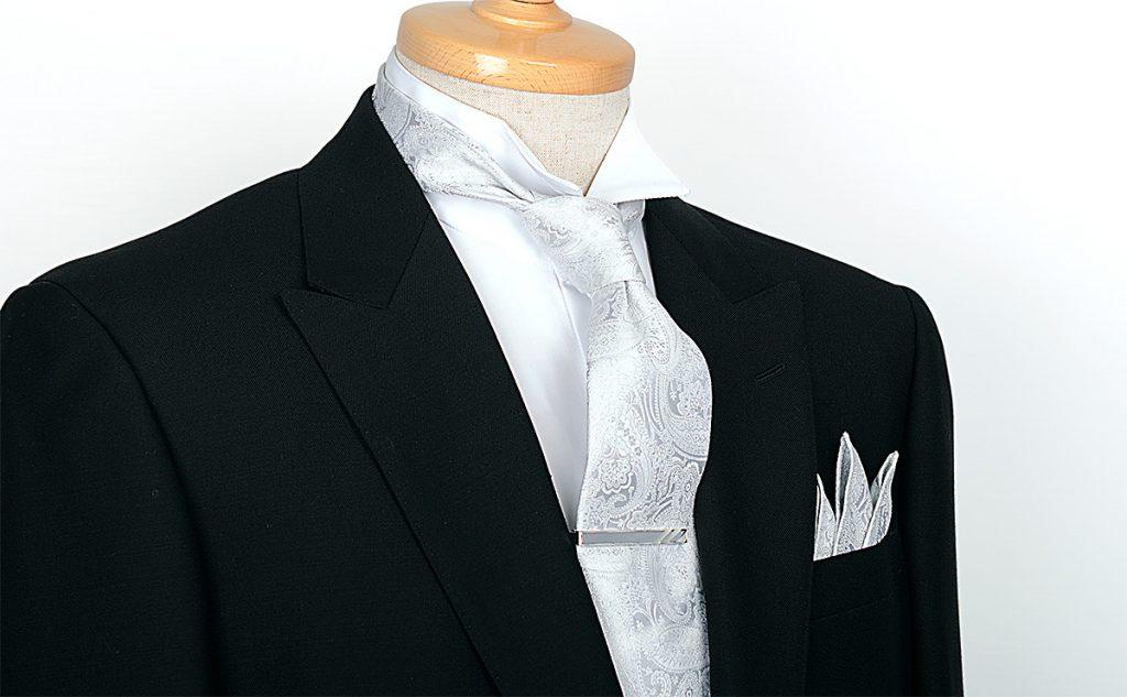 白のペイズリーのネクタイと共地のポケットチーフを身に着けたブラックフォーマルのトルソー