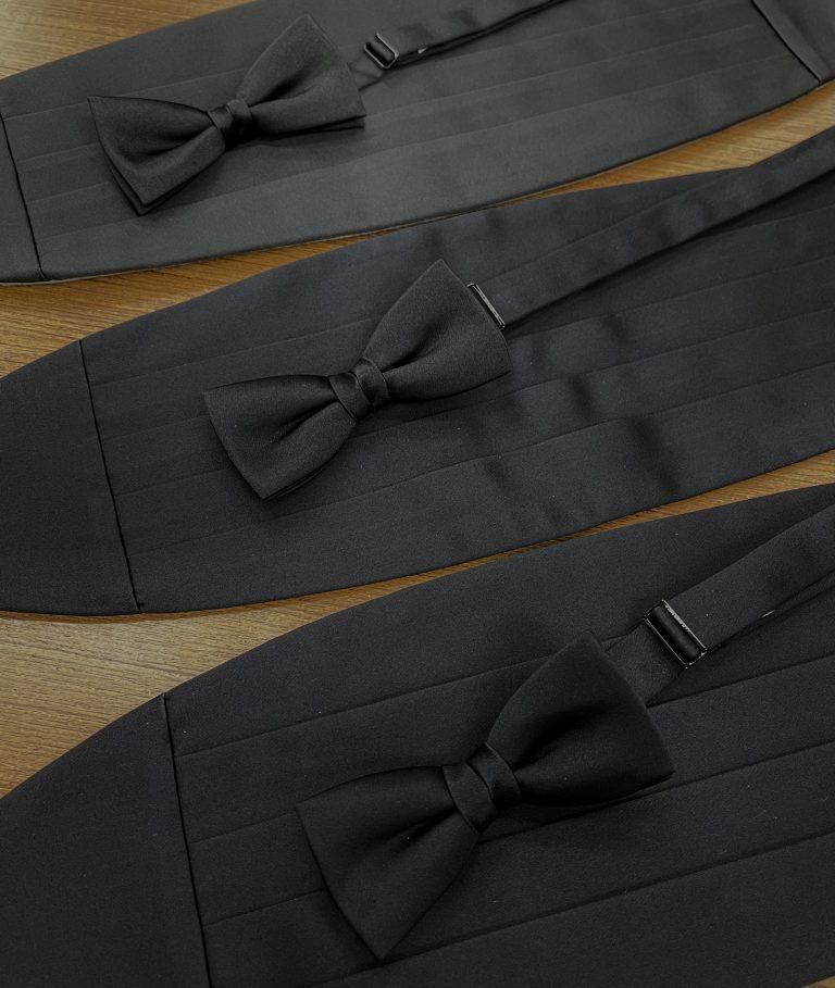 シルクそれともポリエステル 素材で使い分けるブラック蝶ネクタイとカマーバンド